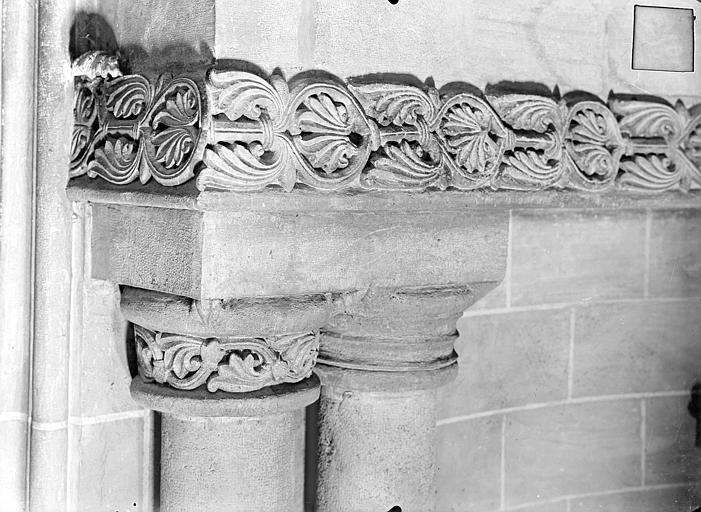 Cathédrale Saint-Vincent (ancienne) Frise et bases des colonnes romanes dans l'absidiole sud, Heuzé, Henri (photographe),