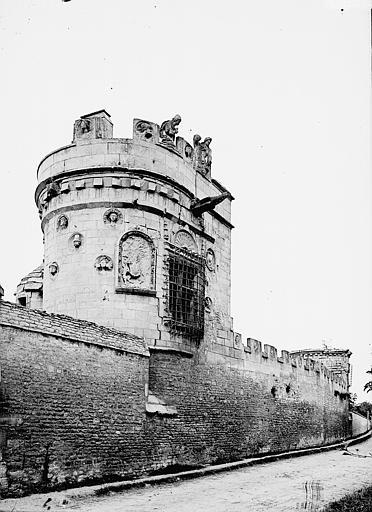 Tour des Gens d'armes Vue d'ensemble, Enlart, Camille (historien),