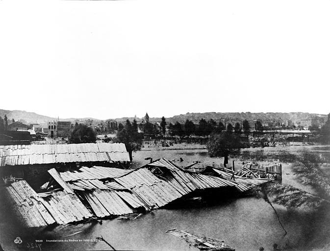 Maisons (ruines) Le Rhône en crue, Baldus, Edouard (photographe),