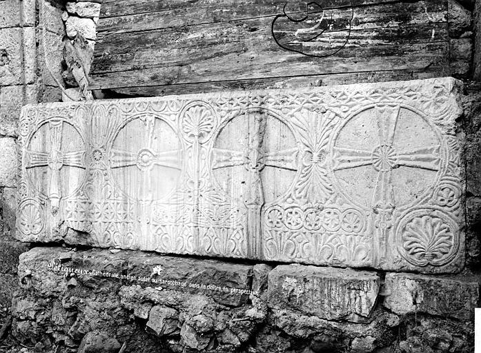 Cathédrale Saint-Front Cloître : Sarcophage en marbre, Mieusement, Médéric (photographe),