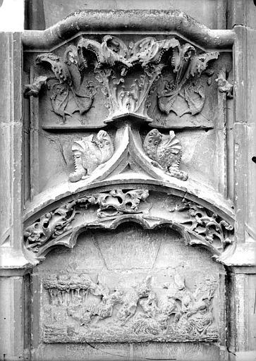 Cathédrale Saint-Etienne Façade ouest : console et bas-relief du soubassement, Doucet ; Baudet (photographe),