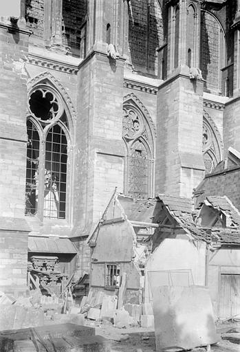 Cathédrale Notre-Dame Façade latérale : Partie inférieure et bâtiments aux abords, Sainsaulieu, Max (photographe),