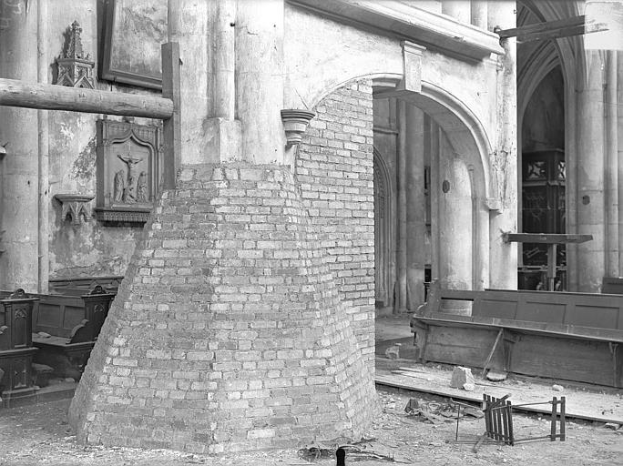 Eglise Saint-Martin Vue intérieure de la nef : Piliers étayés, Queste, P. photographe),