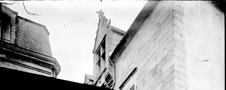 Maison Lucarne en contreplongée, Enlart, Camille (historien),