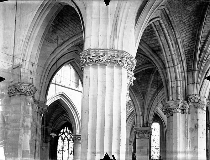Eglise Saint-Gervais-Saint-Protais Chapiteaux du déambulatoire, au sud, Gossin (photographe),