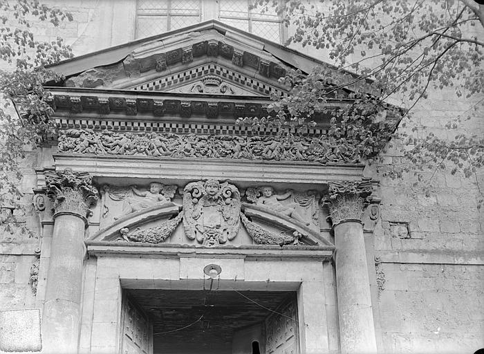 Doyenné Saint-Hilaire Fronton de porte, Gossin (photographe),