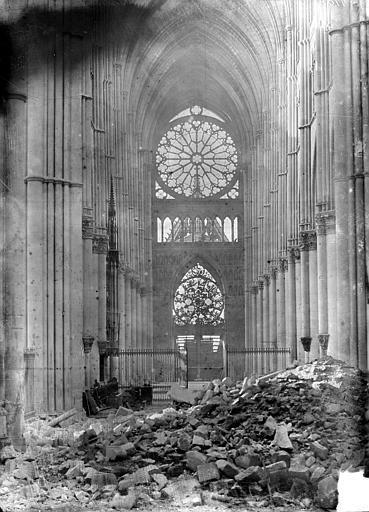 Cathédrale Notre-Dame Vue intérieure de la nef vers le choeur, après la dépose de la grande rose, Sainsaulieu, Max (photographe),