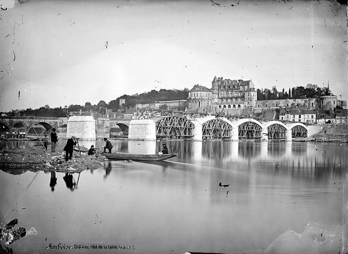 Château ; Pont Vue générale prise des bords de la Loire au moment de la restauration du pont, Mieusement, Médéric (photographe),