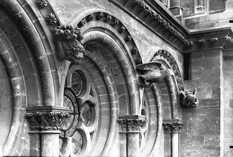 Cathédrale Notre-Dame Arcature et Symbole des Evangelistes, sous la rose du bras nord du transept, Lajoie, Abel,