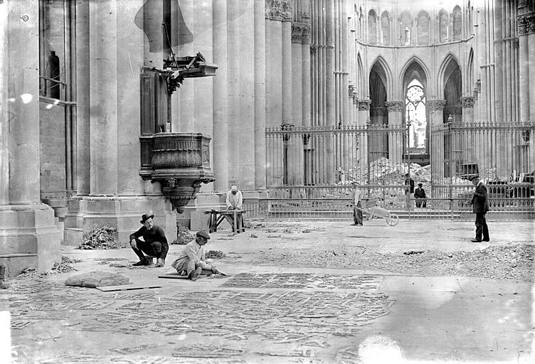 Cathédrale Ramassage et classement des vitraux brisés, Sainsaulieu, Max (photographe),