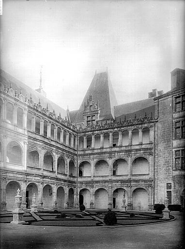 Château Côté de la cour, après restauration, Heuzé, Henri (photographe),