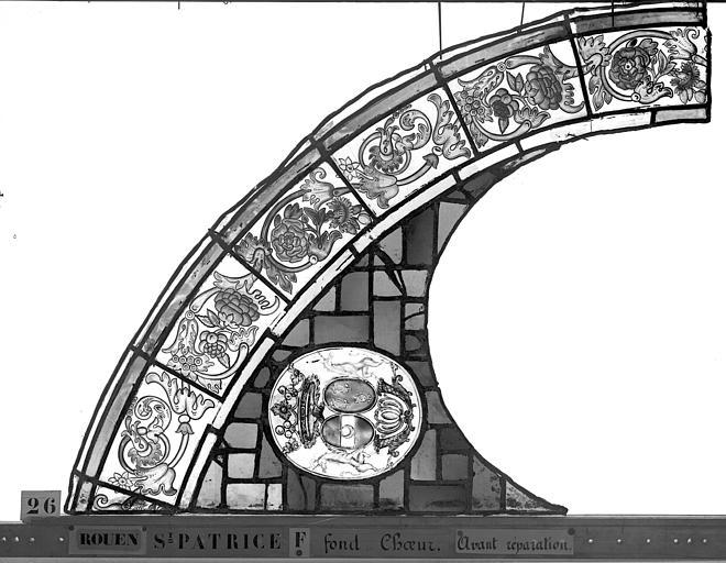 Eglise Saint-Patrice Vitrail, fenêtre au fond du choeur, la Crucifixion, lancette de droite, premier panneau, Heuzé, Henri (photographe),
