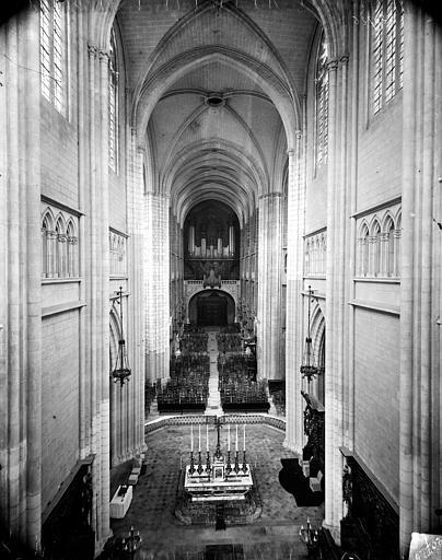 Cathédrale Saint-Bénigne Vue intérieure de la nef vers l'entrée, prise des tribunes, Delaunay (photographe),