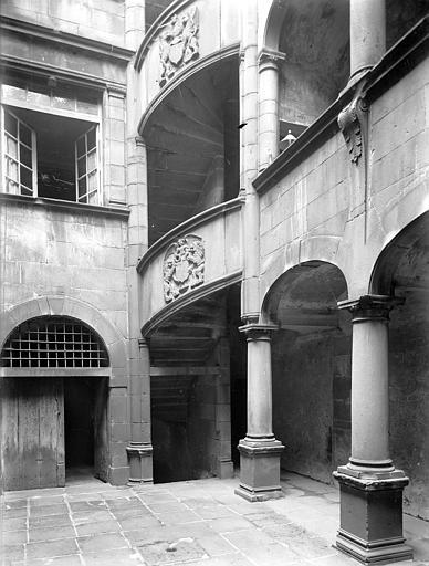 Hôtel de Fontenilhes ou maison des Sires de Beaujeu Cour intérieure : Tourelle d'escalier et galerie (partie inférieure), Jarron (photographe),