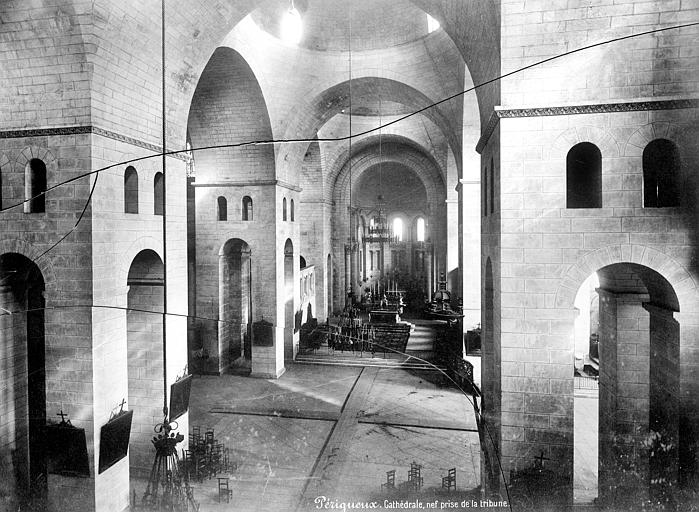 Cathédrale Saint-Front Vue intérieure de la nef, vers le choeur, prise de la tribune, Mieusement, Médéric (photographe),