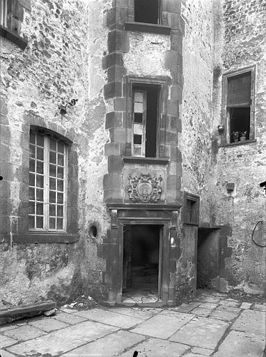 Hôtel de la Porte Cour intérieure : Tourelle d'escalier (partie inférieure), Jarron (photographe),