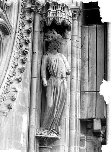 Cathédrale Notre-Dame Statue de la Synagogue, à droite de la rose sud, Lajoie, Abel,