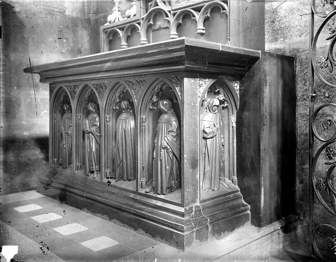 Eglise Notre-Dame Tombeau en pierre noire transformé en autel, face du tombeau de Pierre de Bauffremont : quatre pleurants sous des arcatures, Delaunay (photographe),