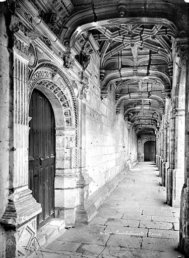 Château Cour intérieure : Vue intérieure d'une galerie d'arcades, Mieusement, Médéric (photographe),