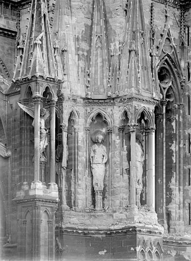 Cathédrale Notre-Dame Tour nord : Contreforts à l'angle nord-est, au 1er étage, Sainsaulieu, Max (photographe),