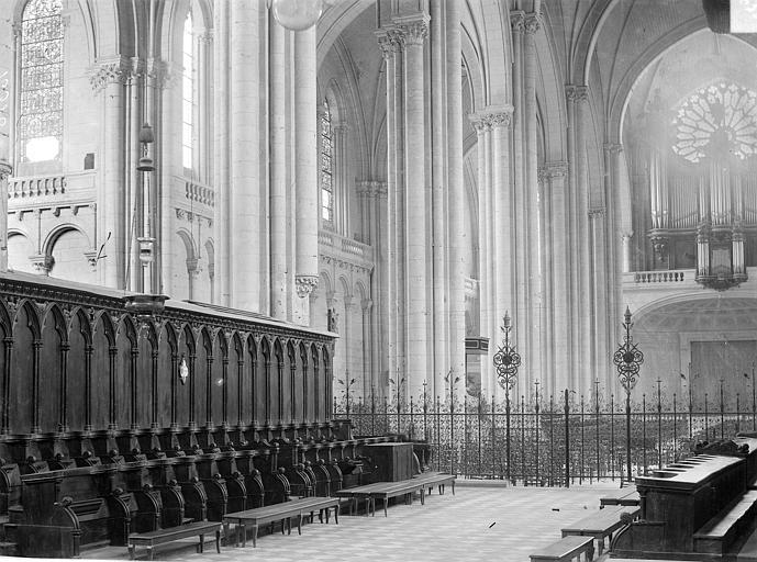 Cathédrale Saint-Pierre Vue intérieure du choeur, vers le sud-ouest : Stalles et grille, Robuchon, Jules,
