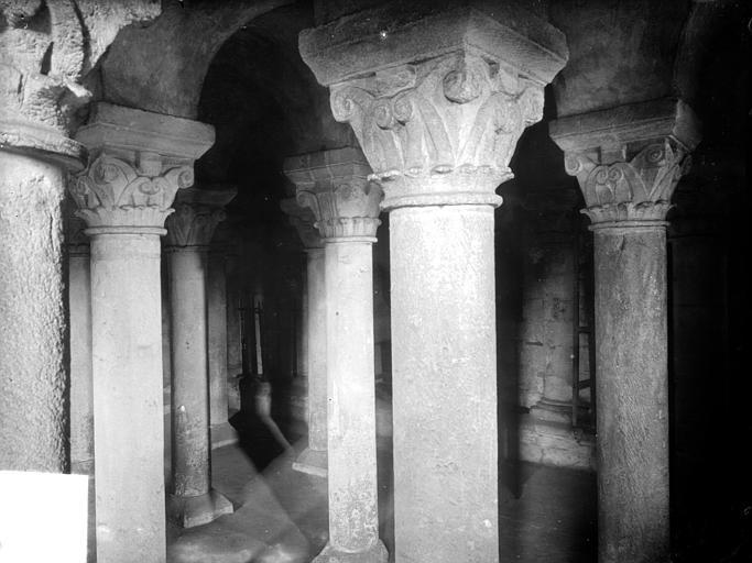 Abbaye aux Dames (ancienne), Eglise Sainte-Trinité Crypte : colonnes et chapiteaux, Heuzé, Henri (photographe),