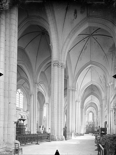 Cathédrale Saint-Pierre Vue intérieure du bas-côté sud et de la nef, vers le nord-est, Gossin (photographe),