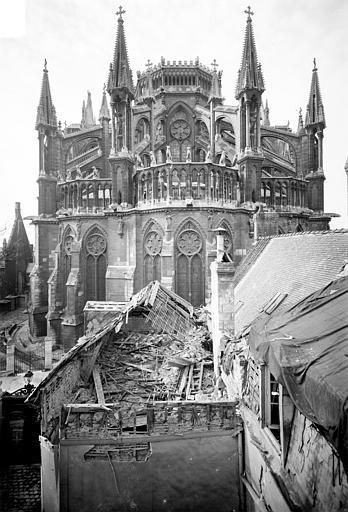 Cathédrale Notre-Dame Chevet pris des ruines des maisons situées aux abords, Sainsaulieu, Max (photographe),