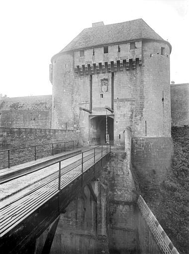 Château ; Musée de Caen Porte de l'est : pont-levis, Heuzé, Henri (photographe),