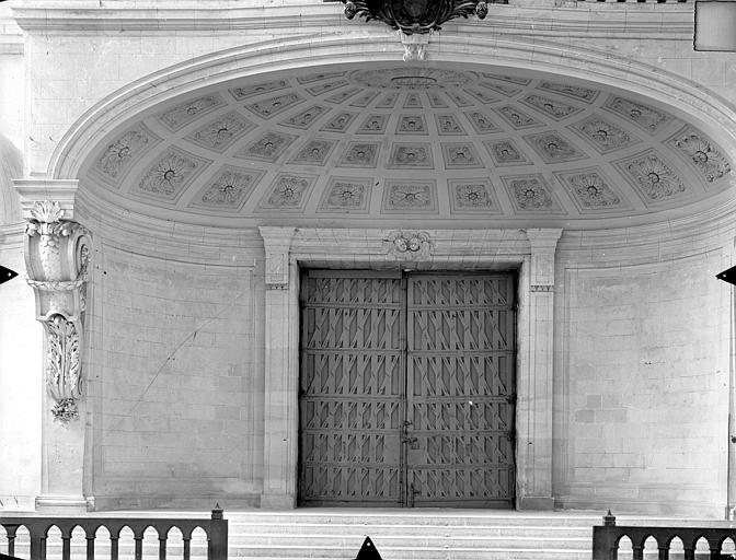 Cathédrale Saint-Pierre Vue intérieure : Porte d'entrée et dessous de la tribune ouest, Gossin (photographe),