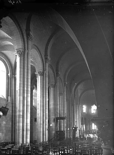 Cathédrale Saint-Apollinaire Nef vue de l'entrée, Enlart, Camille (historien),