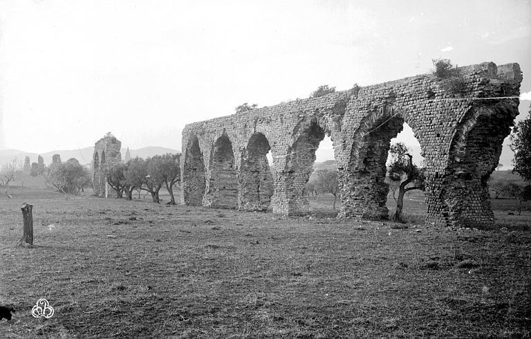 Aqueduc antique Vestiges des arches, Mieusement, Médéric (photographe),