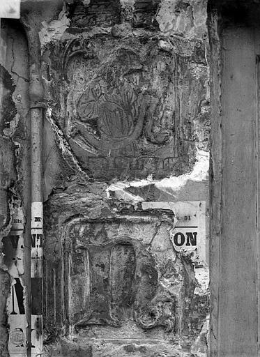 Maison dite de Nicolas Flamel Détail de la façade : Personnage et lettre N, avant nettoyage, Durand, Jean-Eugène (photographe),