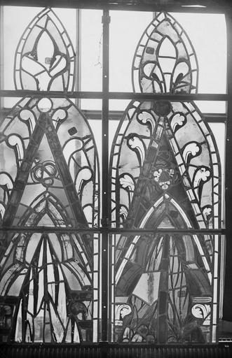 Cathédrale Notre-Dame Vitraux de la fenêtre axiale du choeur, écoinçons de la troisième et quatrième lancette, Nadeau, H. (photographe),
