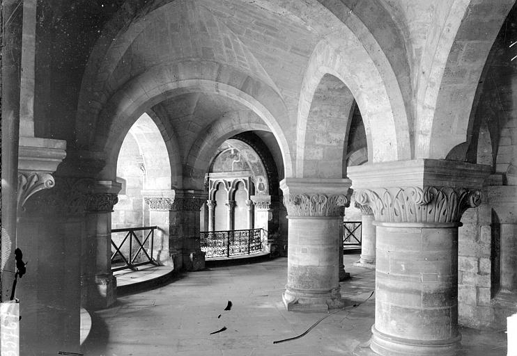 Eglise abbatiale Crypte, Enlart, Camille (historien),
