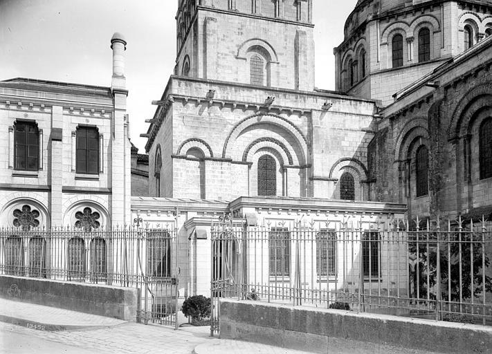 Cathédrale Saint-Pierre Façade nord : Sacristie et soubassement de la tour carrée, Mieusement, Médéric (photographe),