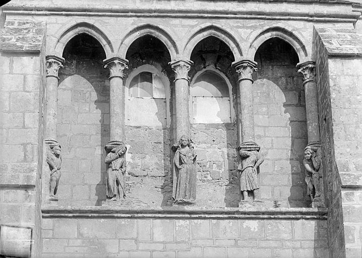 Eglise Façade ouest : galerie d'arcades et statues-colonnes, Heuzé, Henri (photographe),