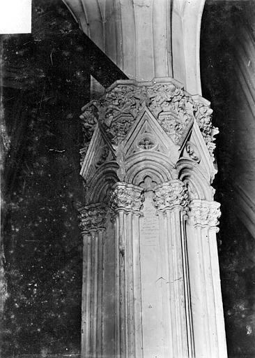 Château Donjon : Chapiteau du pilier, Vorin,