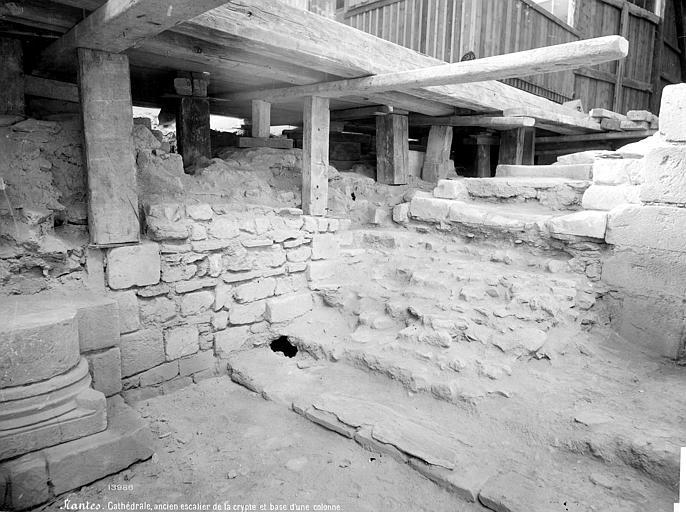 Cathédrale Saint-Pierre Crypte en cours de fouilles : ancien escalier et base d'une colonne, Mieusement, Médéric (photographe),