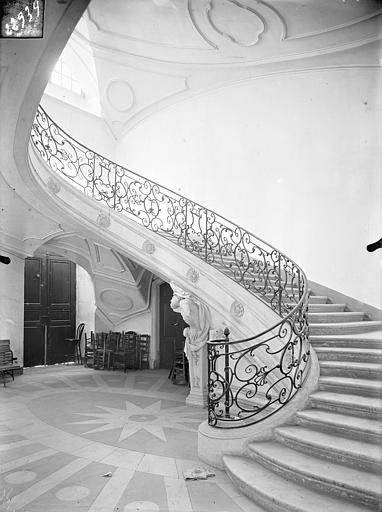 Abbaye Sainte-Marie-Majeure (ancienne), hôpital civil Grand escalier ovale dans l'aile nord, Queste, P. photographe),