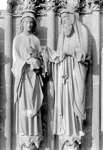 Cathédrale Notre-Dame Portail central de la façade ouest. Ebrasement gauche : Groupe de la Présentation au Temple, statues de la Vierge à l'Enfant et de saint Siméon, Sainsaulieu, Max (photographe),