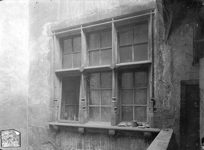 Hôtel Dumas de Paulard Cour intérieure : Fenêtre triple du 1er étage, Jarron (photographe),