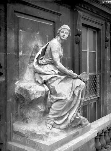 Domaine national du Palais-Royal Cour d'honneur, façade nord, statue allégorique de la prudence, Durand, Eugène (photographe),