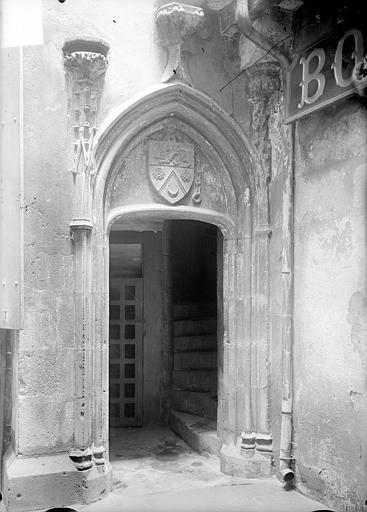 Maison Cour intérieure : Porte d'escalier, Jarron (photographe),