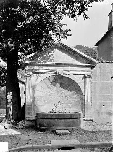 Fontaine publique dite Fontaine des Morts Vue d'ensemble, Gossin (photographe),
