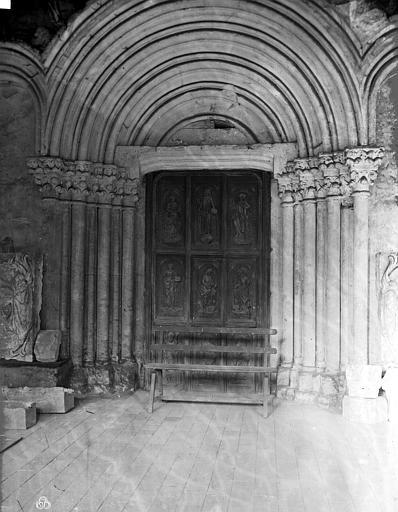 Hôtel-Dieu (ancien hôpital Saint-Jean), Musée archéologique Cloître : Portail ouest de la chapelle dans la galerie est, Carlier (photographe),