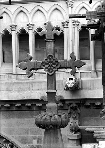 Cathédrale Notre-Dame Croix couronnant un pinâcle de l'abside, Lajoie, Abel,