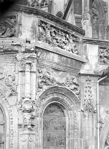 Eglise Saint-Pierre Abside : Frise et partie supérieure d'une fenêtre, Durand, Jean-Eugène (photographe),