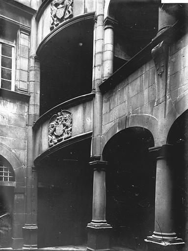 Hôtel de Fontenilhes ou maison des Sires de Beaujeu , Enlart, Camille (historien),