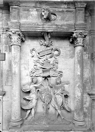 Hôtel d'Escoville (ancien) Cour d'honneur, côté est : Bas-relief ornemental, Durand, Jean-Eugène (photographe),